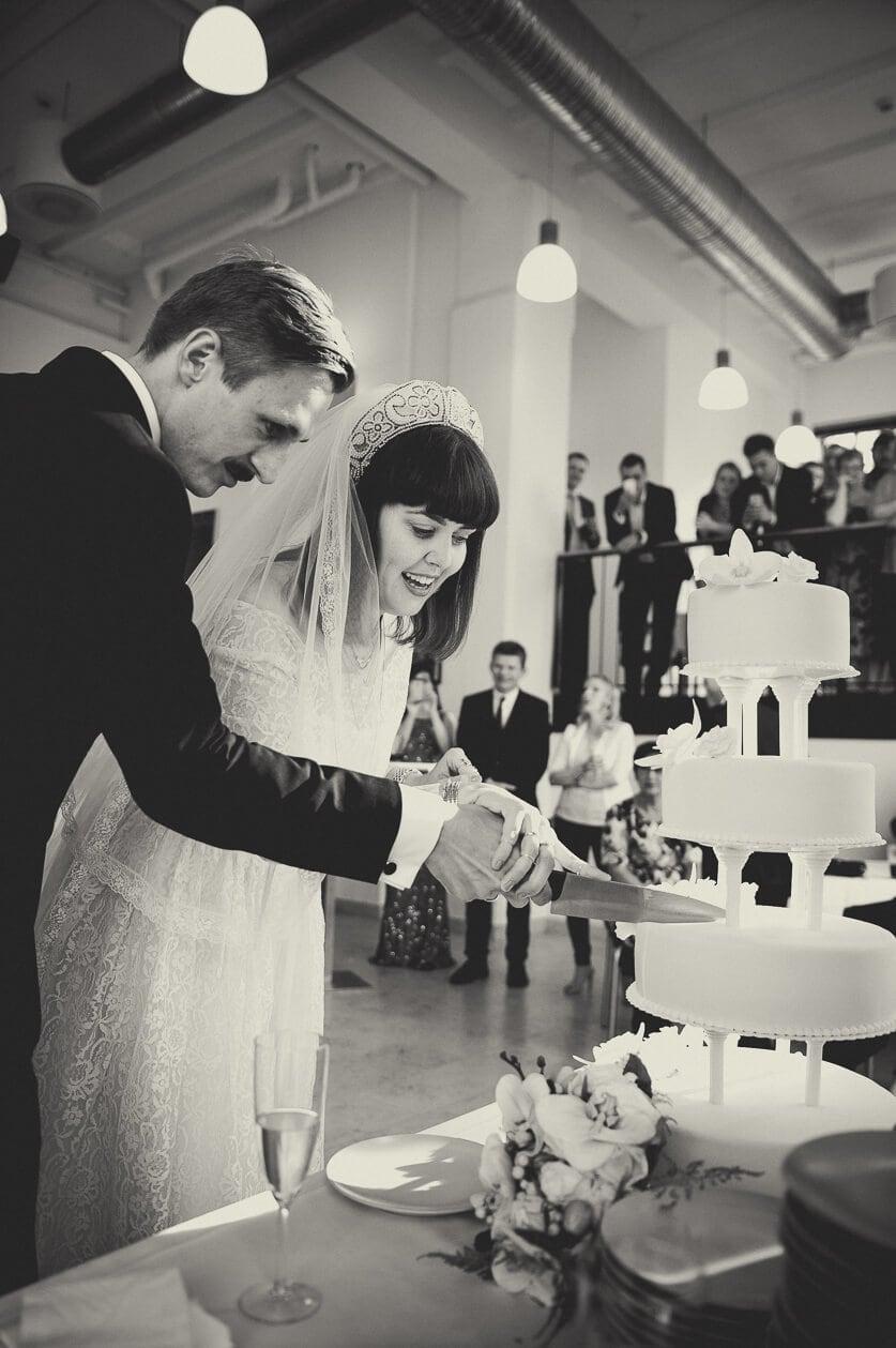 Sep, 2016: Louise og Kennet skærer i bryllupskagen.