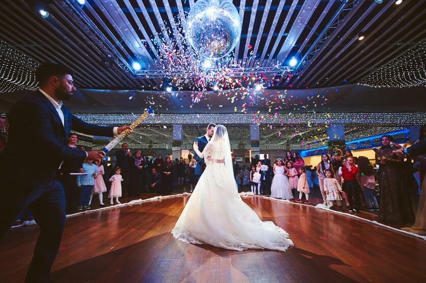 Apr, 2017: Med mange hundrede gæster kan det at lave gode og flotte billeder være som at svømme mod strømmen - men lige her, ved Sema og Ahmets bryllup, gik alt op i en højere enhed og jeg fik det ene gode skud efter det andet.