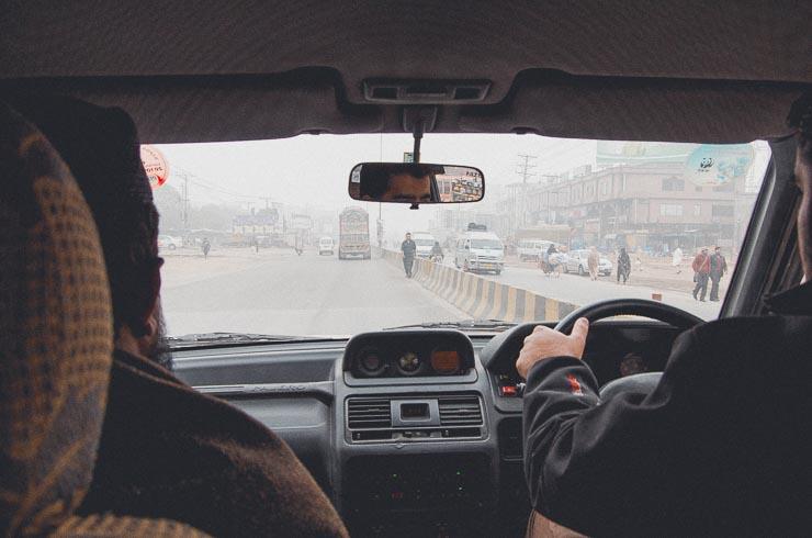 17. jan: Det første billede jeg tog siden min ankomst til Pakistan, næsten 2 uger forinden. Indtil da blev det meste af tiden tilbragt på hospitalet eller i hjemmet. Min nevø kører. Han ankom til landet efter mig og til venstre er det den lokale imam, som ville besøge min far. Vi er på vej mod hospitalet.