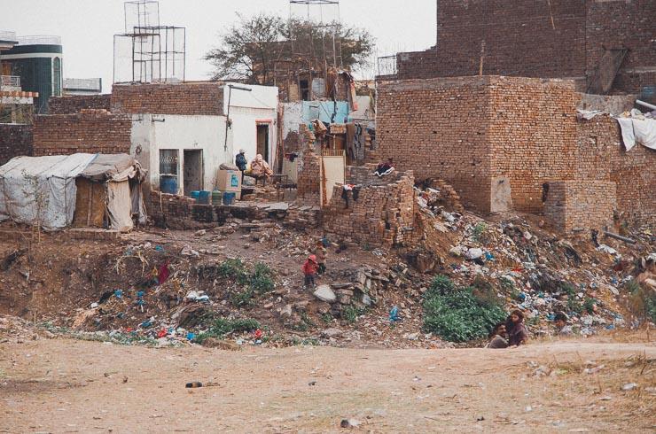 Nogle skrøblige hjem bygget på et bjerg af affald, ikke langt fra vores hjem.