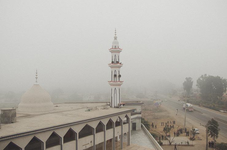 Vi har en islamisk skole som nabo. 5 gange om dagen høres kaldet til bøn fra ikke kunne dette, men flere andre steder. Det skal man lige vænne sig til.