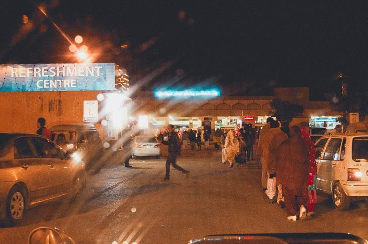 13. feb: Islamabad lufthavn. Indenfor blev min bagage tjekket 3 gange. Det er normalt og ren chikane som gøres for, at man skal give kontrollørene penge under bordet. Det gad jeg ikke.